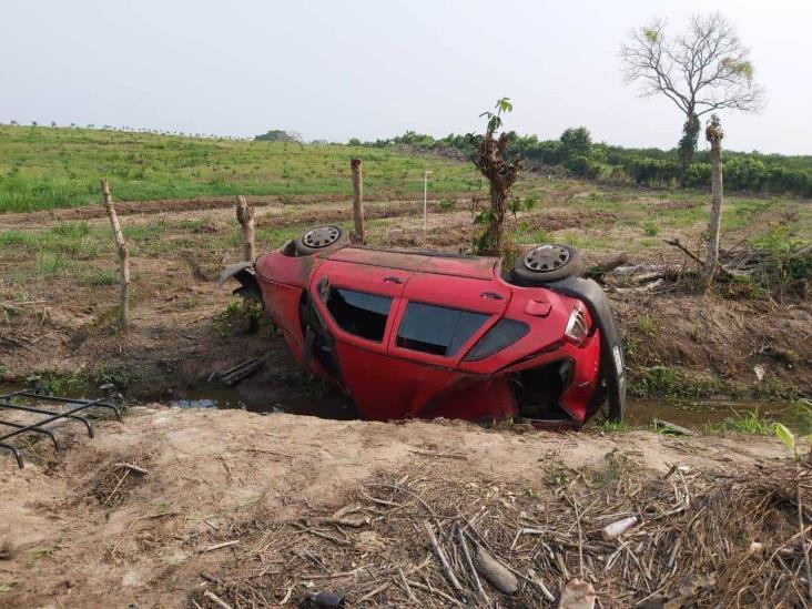 Aparatosa volcadura en El Cortijo deja solo daños materiales
