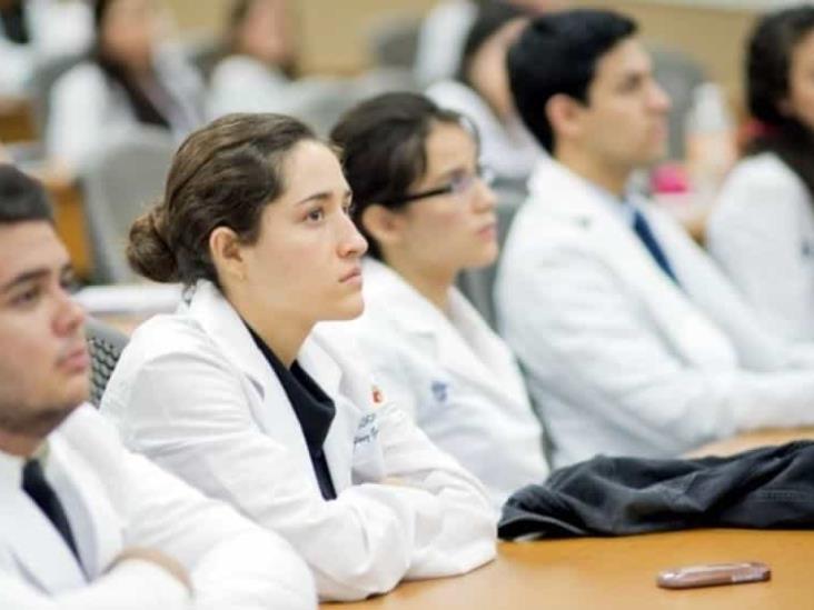 Otorgará GOF becas a estudiantes de medicina para subsanar déficit de especialistas
