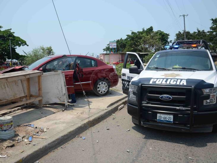 Conductora intenta ganarle el paso al tren y termina siendo impactada, en Veracruz