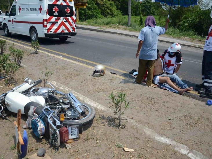 Se registra accidente entre motociclista y vehículo de agencia en carretera federal