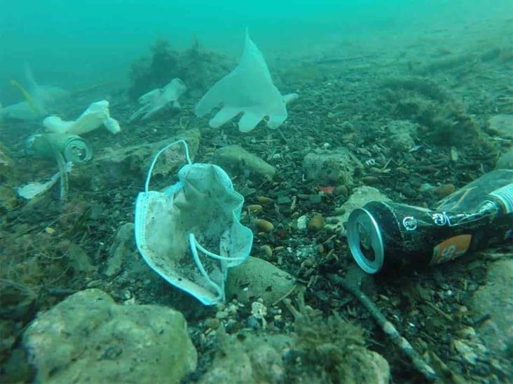 Cochinero de cubrebocas y guantes en aguas del Mediterráneo