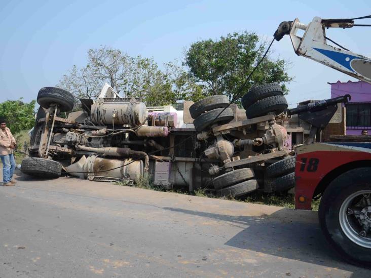 Camión de carga vuelca tras tener accidente en autopista Veracruz-Córdoba