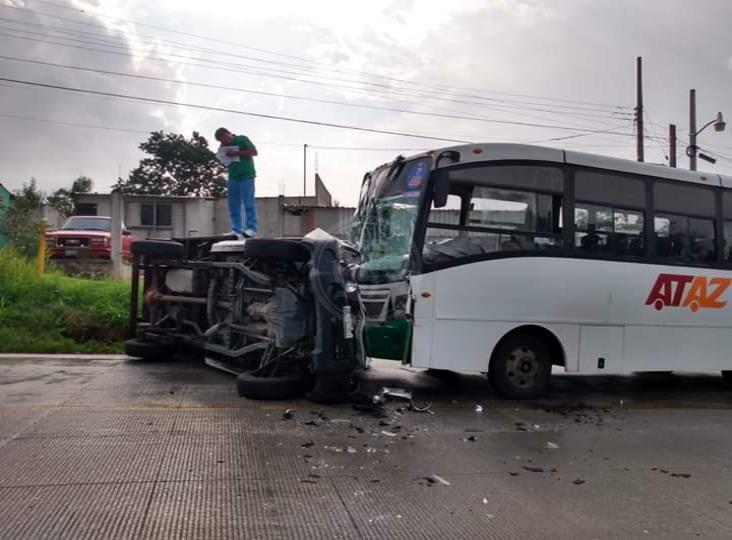Camioneta queda volcada en carretera Las Trancas-Coatepec; deja 5 heridos