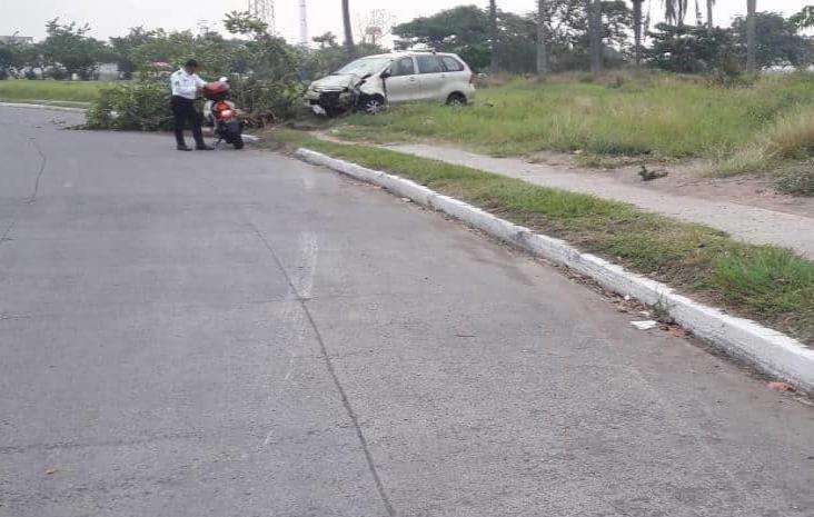 Conductor choca su camioneta y la abandona en Medellín de Bravo