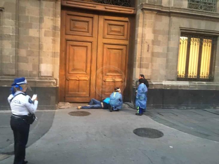 Hombre con COVID-19 se manifiesta afueras del Palacio Nacional