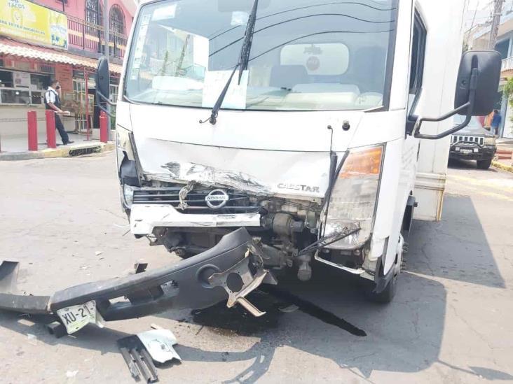 Tras no respetar preferencia camioneta de valores provoca accidente en Veracruz