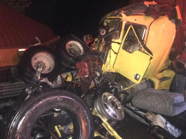 Chofer resulta herido en choque de tractocamiones en tramo Isla-Acayucan
