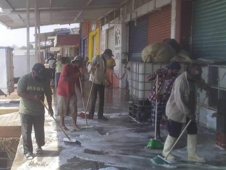 Ponen manos a la obra y limpian cada rincón de la Central de Abastos en Minatitlán