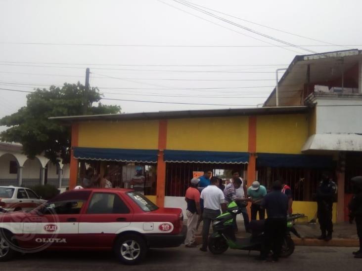 Aparatoso accidente entre taxi y motocicleta en Oluta