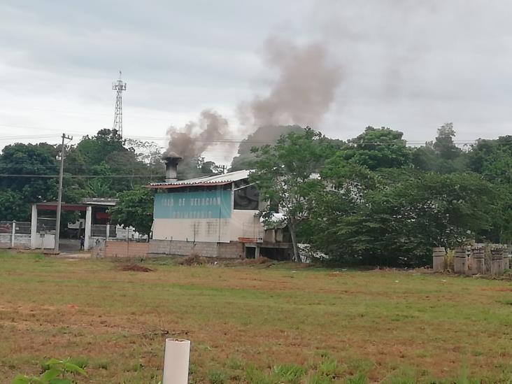 Navales consternados por gases que emanan de crematorio en Oluta