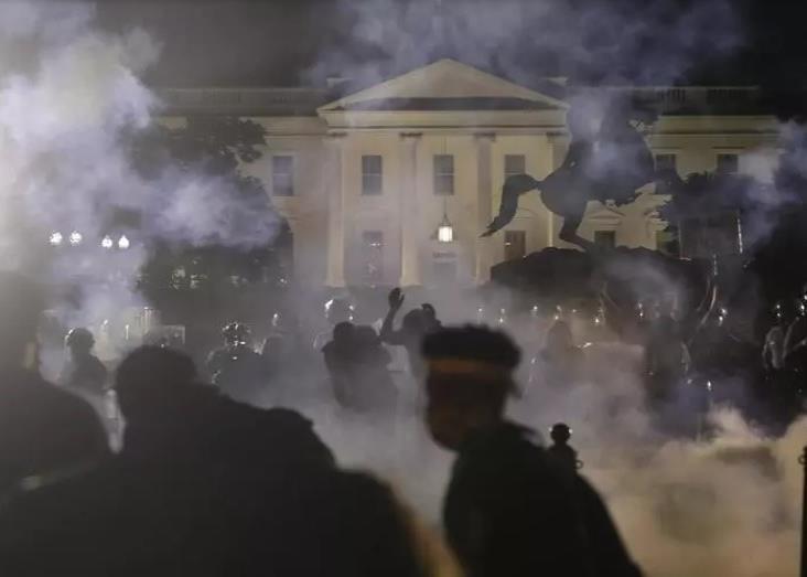 """""""Sin justicia, no hay paz"""": estadounidenses protestas y el fuego a Washington"""
