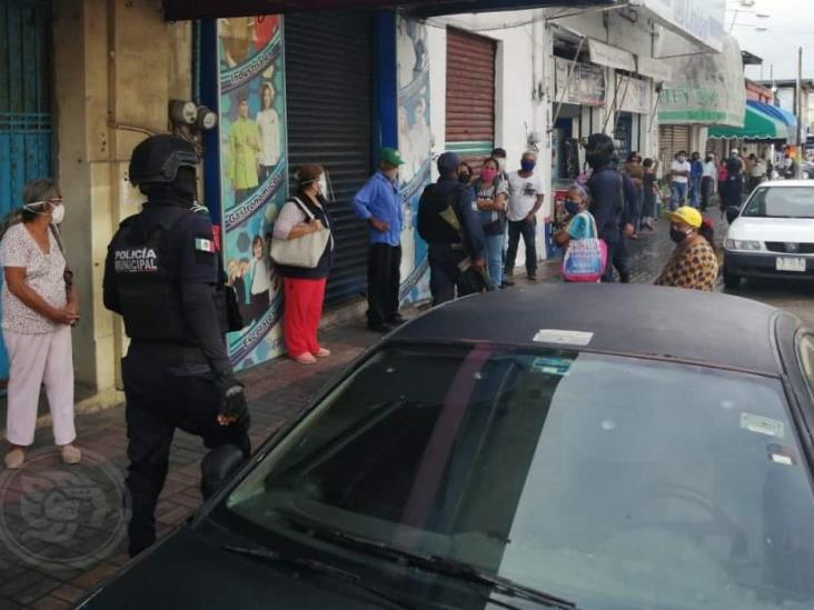 Policías disipan aglomeraciones afuera de bancos en Coatzacoalcos