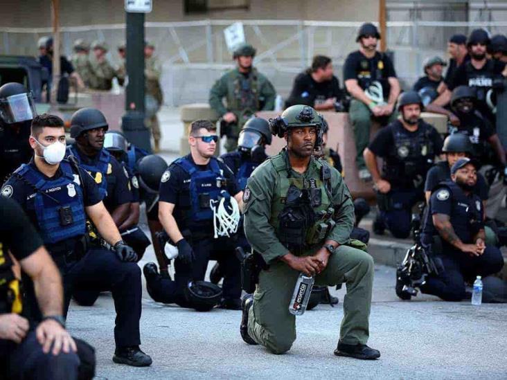 Policías se arrodillan ante manifestantes por muerte de Floyd