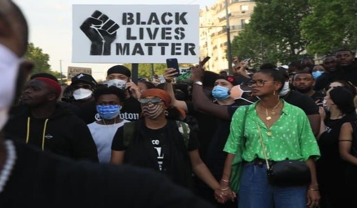 Miles desafían prohibición y protestan en París contra la violencia policial