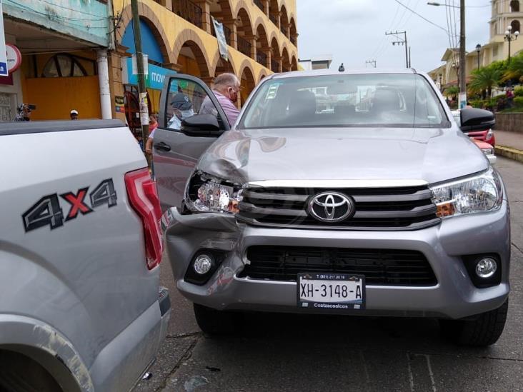 Chocan camioneta en pleno centro de Acayucan; un lesionado