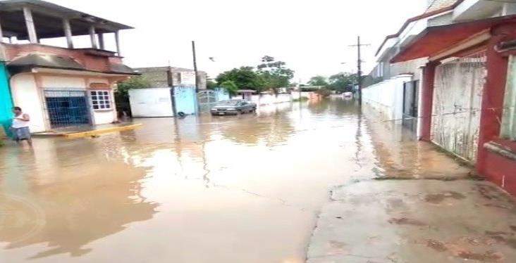 En Minatitlán, se inundan por mala planeación de obra pública