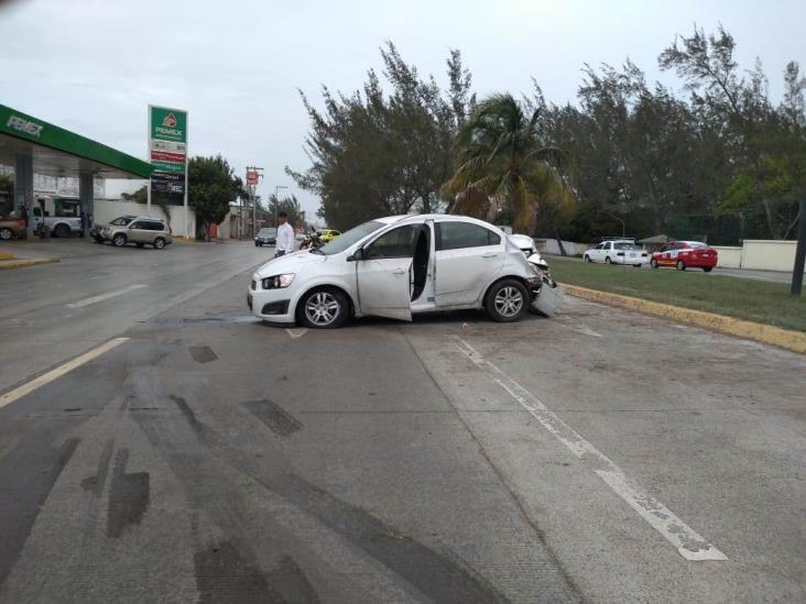 Pierde el control de su auto por la lluvia y vuelca en Veracruz
