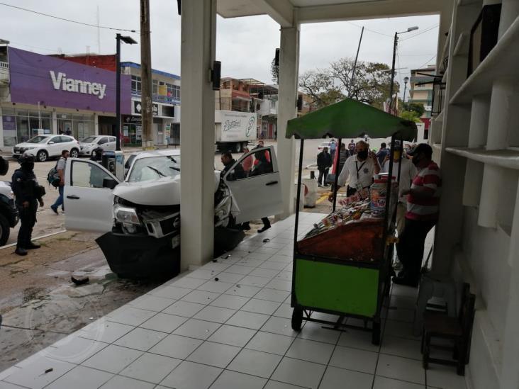 Camioneta se impacta contra pilar del Palacio Municipal de Coatzacoalcos