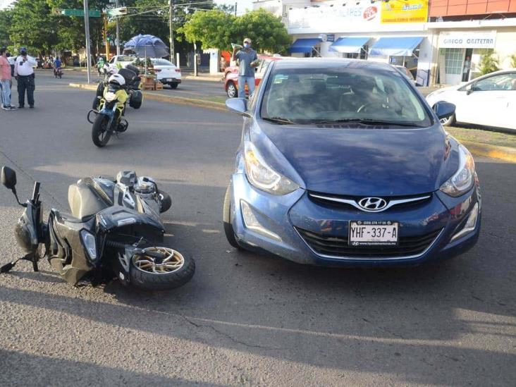 Motociclista termina impactada por vehículo particular en Veracruz