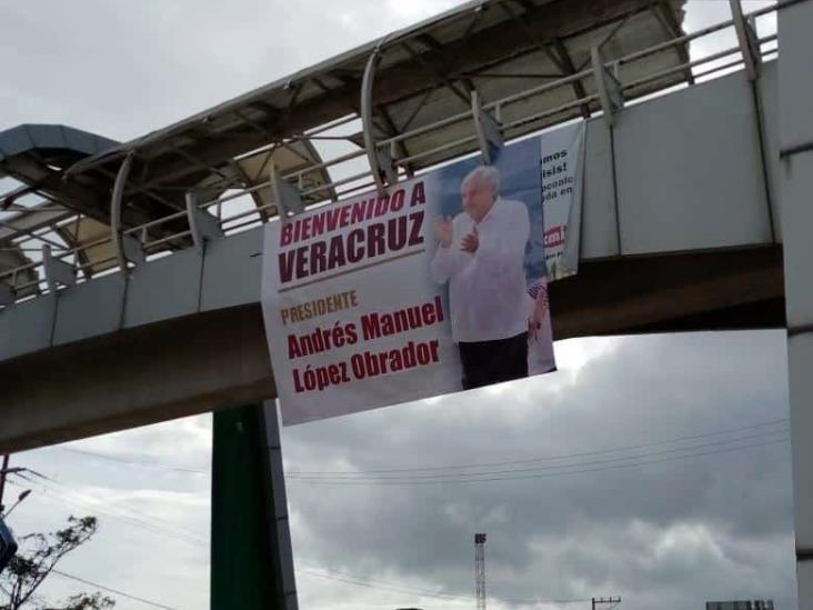 Bienvenido AMLO; con mantas esperan llegada de López Obrador