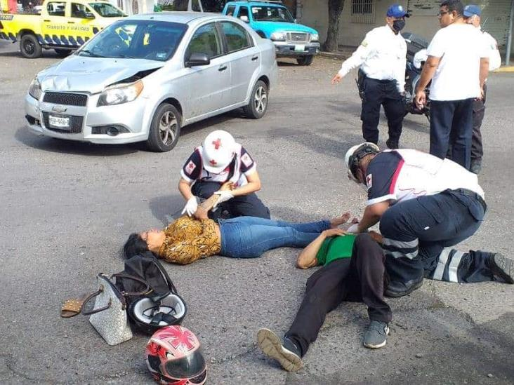 Pareja que viajaba en motocicleta se impacta con automóvil