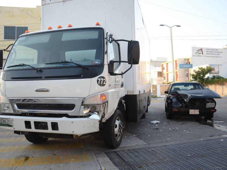 Se registra accidente automovilístico en Veracruz; deja solo daños materiales
