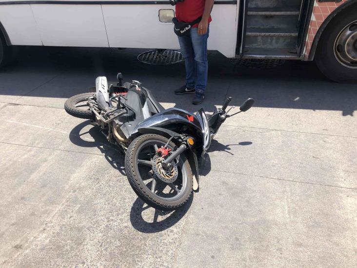 Joven que viajaba en motocicleta derrapa en calles de Veracruz