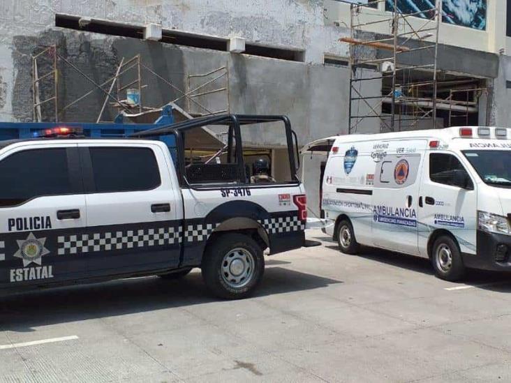 Obrero resulta lesionado tras golpearse con un pieza de escombro en obra de Veracruz
