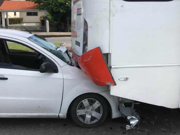 Se registra choque por alcance entre un vehículo particular y un autobús de pasajeros