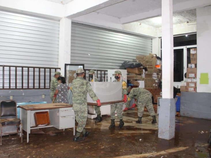Sedena limpia centros de salud afectados por tormenta en Acayucan