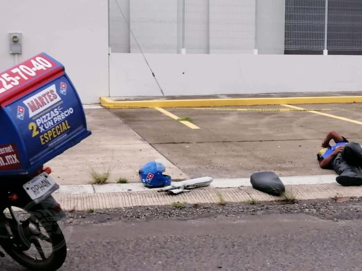 Colisiona repartidor de pizza  y termina sobre el pavimento