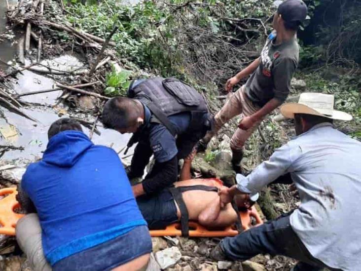 Hombre intenta suicidarse saltando a cascada de aguas negras en Zongolica