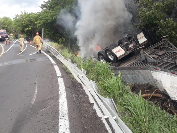 Vuelca camión cargado de cervezas en carretera federal 180