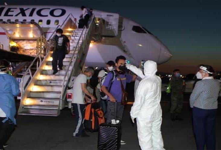 Llegan al AICM 54 mexicanos que estaban varados en China