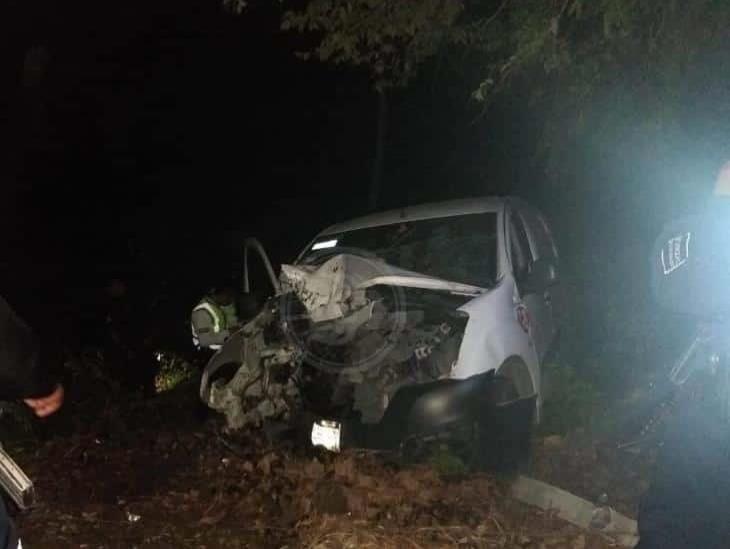 Se registra accidente automovilístico sobre carretera: deja tres personas lesionadas