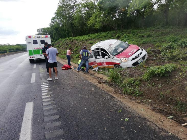 Taxista sufre accidente en tramo Acayucan-Isla; pasajeros lesionados