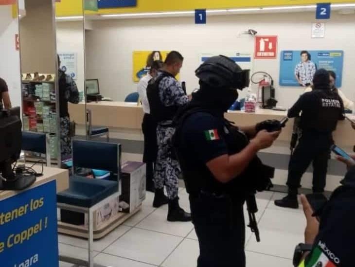 Par armado consuma robo con violencia en Coppel de Acayucan