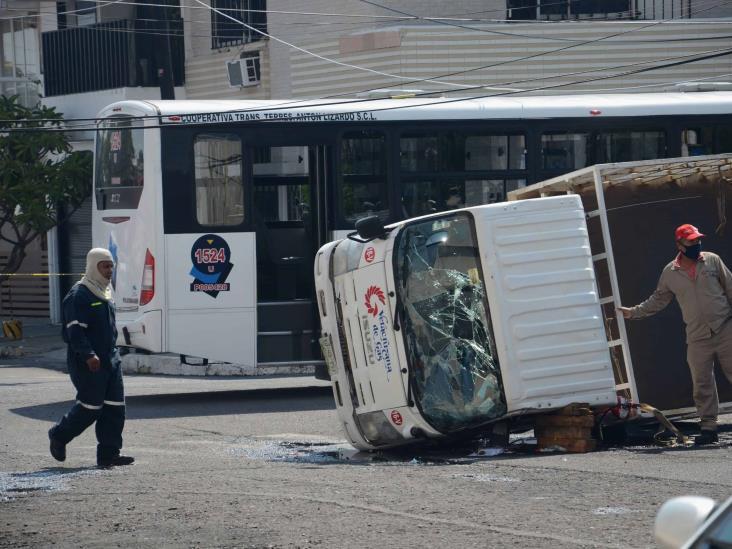 Vuelca camioneta repartidora de gas tras ser impactado por camión urbano