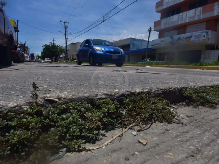 Fugas de agua y vehículos pesados provocan hundimiento de losas en Coatzacoalcos