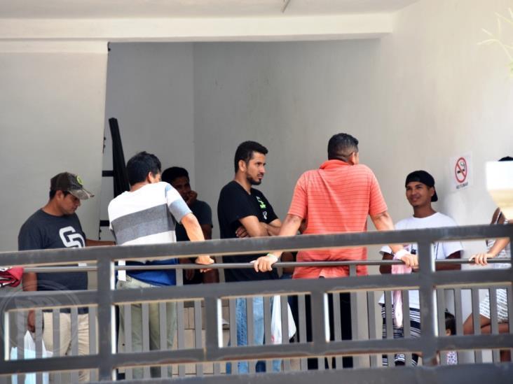 Grupos de rescate brindan capacitación a migrantes varados en Coatzacoalcos