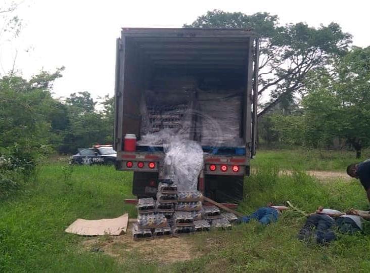 Policías Federales capturan a tres ladrones mientras descargaban camión con cervezas