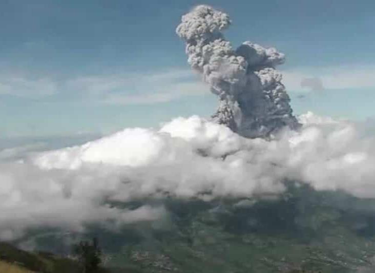 Volcán Merapi entra en erupción en Indonesia