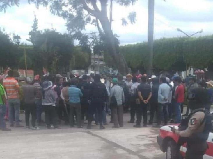 Habitantes de Vaquería detienen a taladores de árboles en Calcahualco