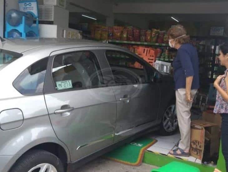 Persona de la tercera edad estaciona vehículo dentro de tienda en Xalapa