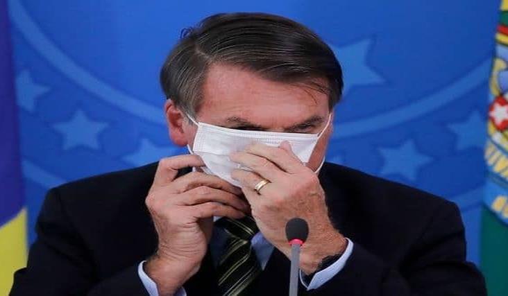 Juez brasileño ordena a Bolsonaro usar cubrebocas en público