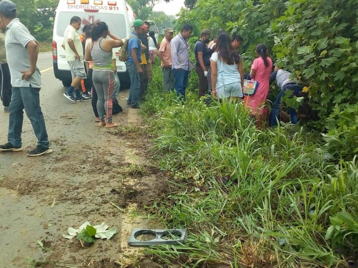 Torton atropella a madre e hijo en Hueyapan; mujer fallece
