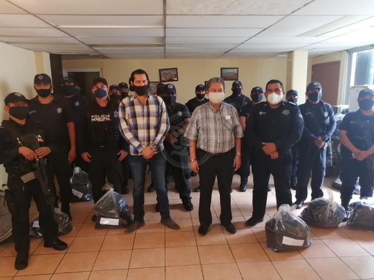 Dotan de uniformes a policías municipales de Nanchital