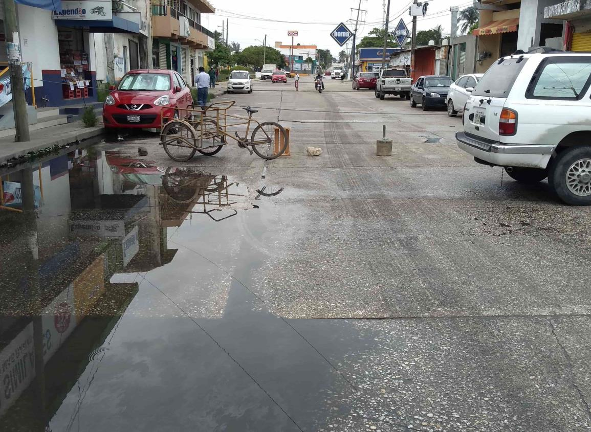 Colonos bloquean avenida de Coatzacoalcos por fugas de aguas negras