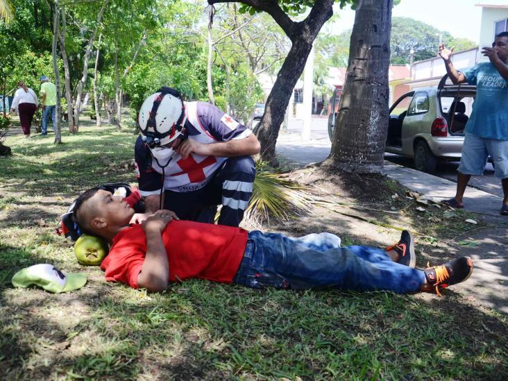 Por cortar par de cocos, joven se cae de palmera en fraccionamiento de Veracruz