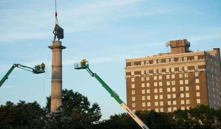 Charleston quita la estatua de un ex vicepresidente esclavista de EU